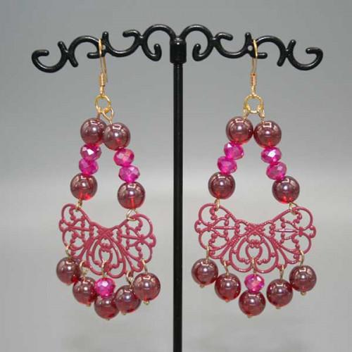 Orecchini con mezza luna in filigrana rosa antico al centro e perle in vetro rosa scuro bordeaux alternate a mezzi cristalli rosa fucsia