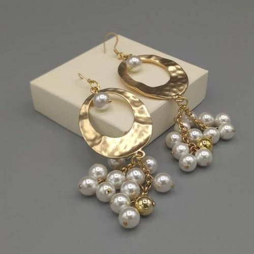 Orecchini con ovale martellato color oro perle bianche e dorate