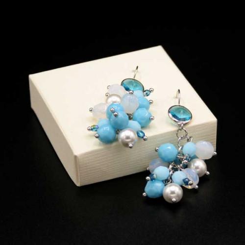 Orecchini con mix di mezzi cristalli bianchi, azzurri e perle