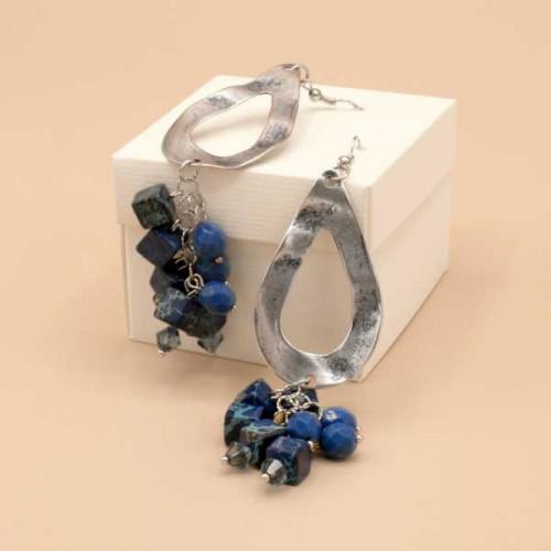 Orecchini con goccia in metallo martellata con cubi blu in diaspro, perline bicono Swarovski e mezzi cristalli denim.