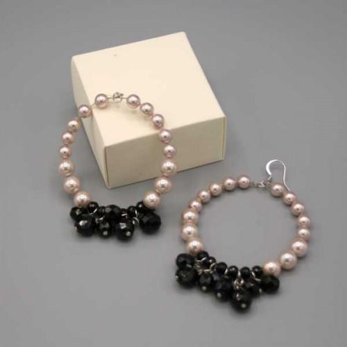 Orecchini a cerchio con perle di madreperla creamrose e mezzi cristalli neri lucidi