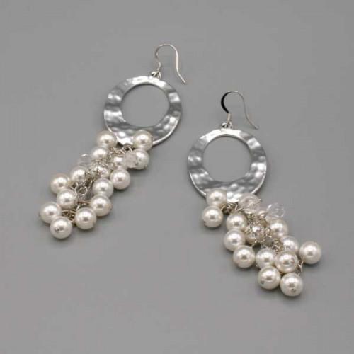 Orecchini con ovale martellato con grappolo lungo di perle di Maiorca