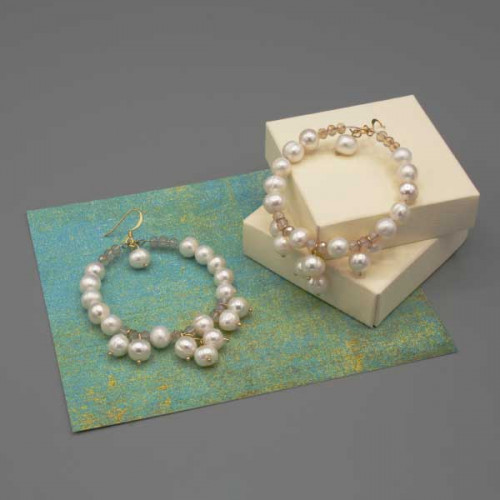 Orecchini a cerchio con perle di fiume abbinate a piccoli mezzi cristalli bianco trasparente