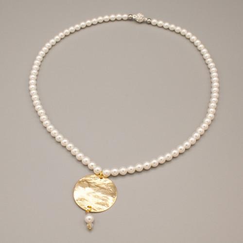 Collana con perle bianche e ciondolo martellato color oro