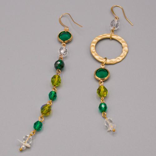 Orecchini pendenti con mezzi cristalli nelle varie tonalità del verde e piccolo cerchio martellato