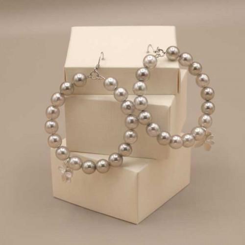 Orecchini a cerchio con perle in vetro trasparente effetto perlato color grigio chiaro