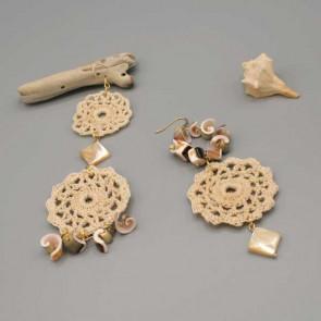 Orecchini con cerchi ad uncinetto fatti a mano impreziositi da conchiglie e rombi in madreperla