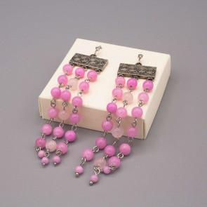 Orecchini a tendina con piastrina color argento e tre fili di perle in quarzo rosa
